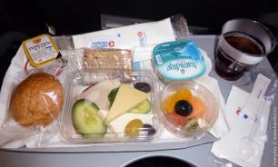 Опрос: 61% россиян не готовы отказаться от еды во время полета