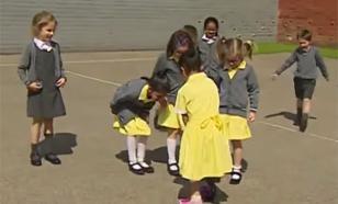 Соцсети растрогала реакция одноклассников на новый протез школьницы