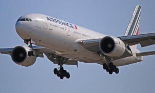 При экстренной посадке в Лос-Анджелесе самолет облил керосином детей