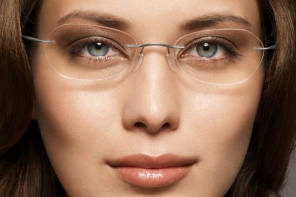 Особенности нанесения макияжа для тех, кто носит очки