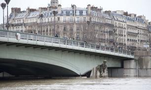 Париж уходит под воду: в домах нет света, закрыты дороги, эвакуированы люди