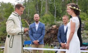 Пара поженилась на границе двух стран из-за коронавирусных ограничений