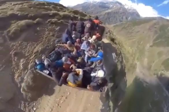 Оптическая иллюзия на грани реальности: над горой летит Ковер-самолет