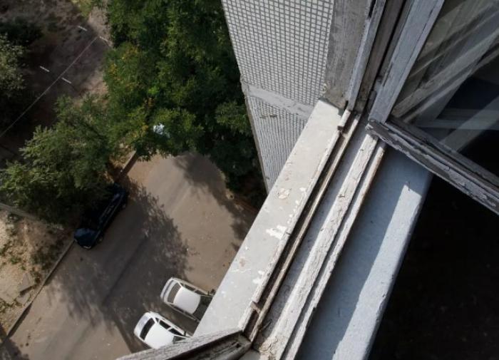 На Алтае женщина выпрыгнула из окна горящей квартиры, пытаясь спастись