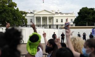 Протестующие прорвались к Белому дому. Трамп прячется в бункере