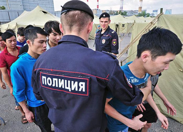 Эксперт рассказал, как решить проблемы буйных мигрантов в России