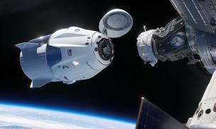 На МКС почувствовали запах спирта после открытия люка в Dragon-2
