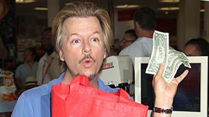 Голливудский актёр Дэвид Спейд подрабатывает продавцом