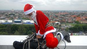 Санта-Клауса скрестили с человеком-пауком