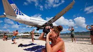 Пляж под крылом самолета