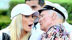 """87-летний основатель """"Playboy"""" укатался в Диснейленде"""