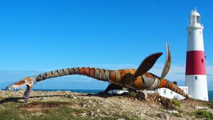 Плезиозавр из мусора, сердитый кот и мама-силач