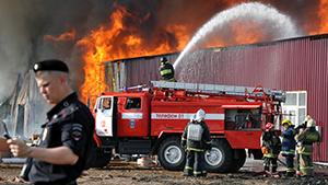 """Пожар на строительном рынке """"Мельница"""" в Москве"""