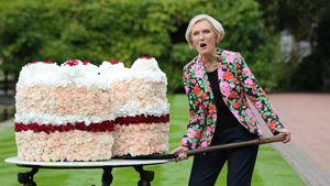 Торт из цветов и королева из кружек