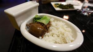 В американском ресторане посетителей кормят из унитазов