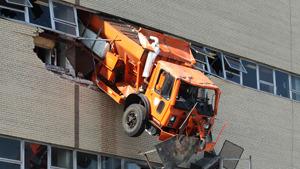 В США грузовик протаранил стену парковки