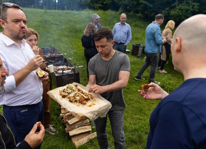 Президент Украины Владимир Зеленский, шашлычная вечеринка для журналистов