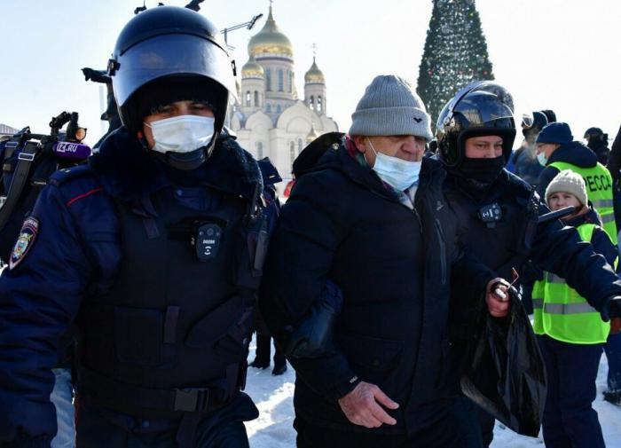 полицейские,задержанный, протесты в России