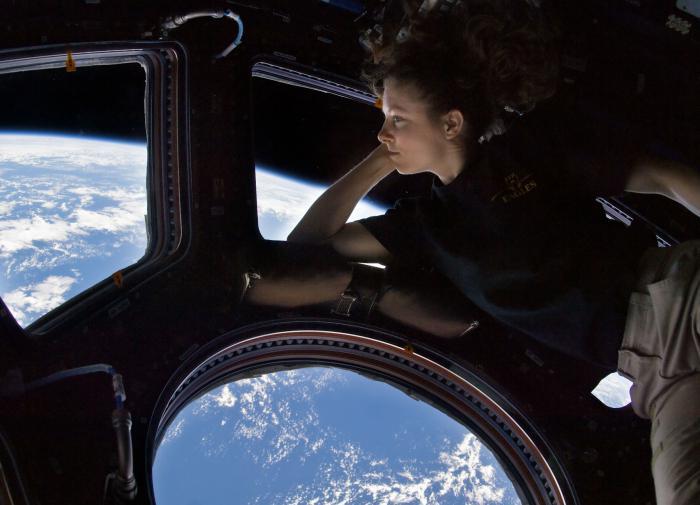 Девушка на космическом корабле