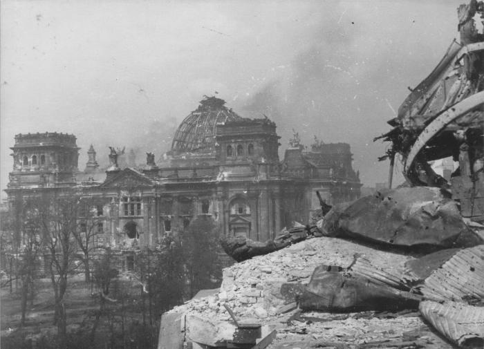 Рейхстаг в Берлине 1945