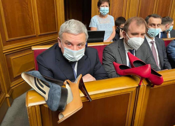 министр обороны Украины получил в подарок туфли на шпильках