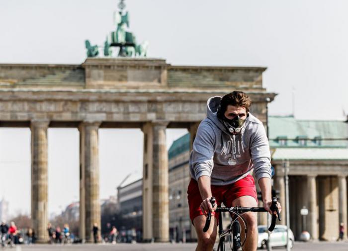 велосипедист в маске в Берлине