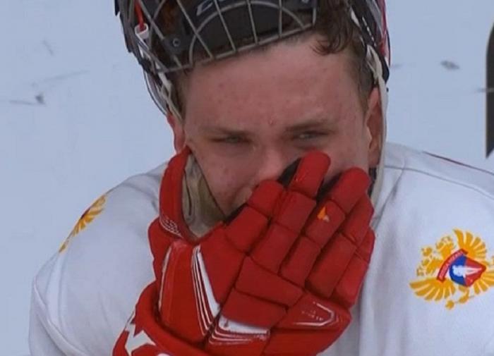 Российский хоккеист после поражения от Канады в финале ЮЧМ.